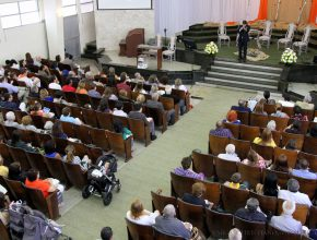 Congresso reúne centenas de jovens buscando poder em Jesus