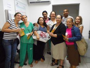 Voluntários visitam local às sextas-feiras para levar alimentos e folhetos bíblicos