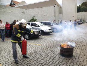 Os representantes tiveram aulas práticas sobre incêndios, tipos de extintores e como manusear os equipamentos.