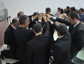 Momento da bênção com imposição das mãos dos pastores já ordenados