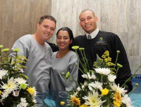 Cantor Renato e a esposa Thais após a cerimônia de batismo.