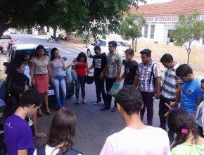 Jovens oram pelos candidatos que ficarão confinados no ENEM