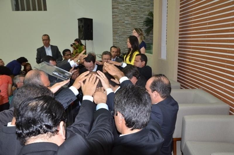 Oração com imposição de mãos consagra pastores ao ministério