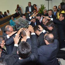 Com a imposição de mãos pastores são consagrados ao ministério