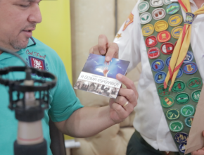 Desbravadores entregaram material evangelístico para profissionais da imprensa local