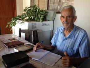Domingos Mendes tem 83 anos, a primeira hora do dia ele dedica a Deus