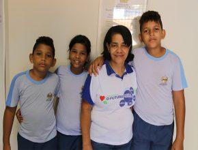 Maria Laís Martins com os netos: mesmo em meio as dificuldades garantem que vale a pena ter a educação Adventista