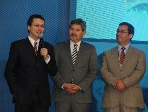Pr. Stanley Arco ao microfone ao lado de seus novos colegas de administração do Chile