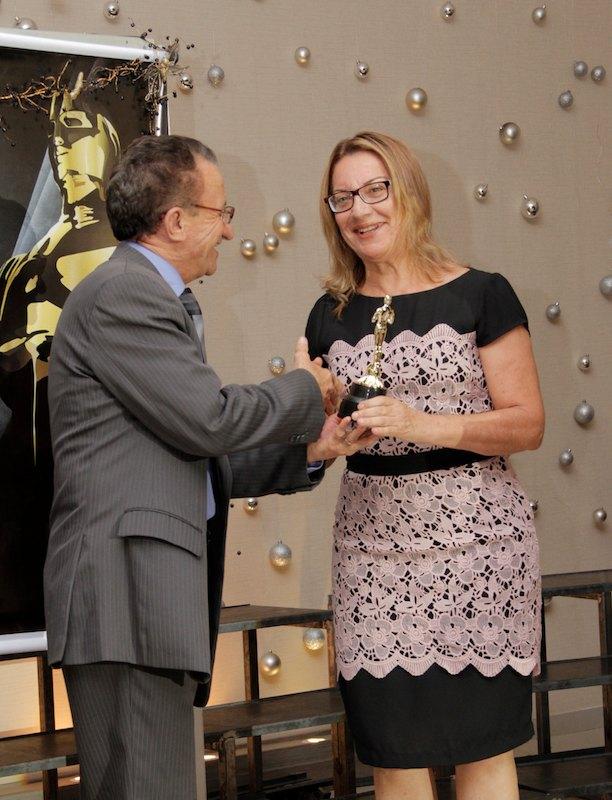 Jucineide Moreira, secretária  há nove anos recebeu o Oscar da secretaria.