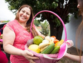 A diretora do Ministério da Mulher da IASD Pênfigo, Márcia Marques, durante a entrega das cestas.