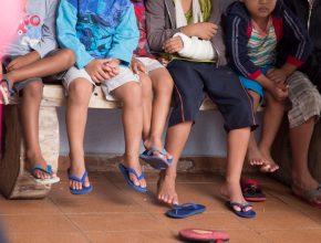 Meninos vítimas de abuso sexual, atendidos pela ONG, escutam mensagem do Pastor durante entrega das cestas.