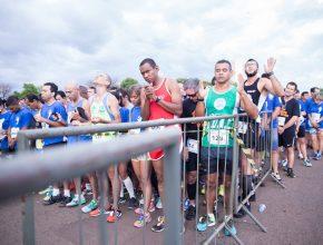 Antes da largada corredores participaram de oração conduzida pelo organizador da corrida.