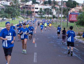 Ao longo do caminho percorrido, corredores recebiam água para manterem-se hidratados durante a corrida.