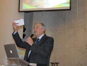 Pr. Siqueira fez apelo para que presentes ao culto de domingo tomassem uma decisão e registrassem em um cartão