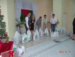 Cerca de sessenta famílias receberam cestas básicas.