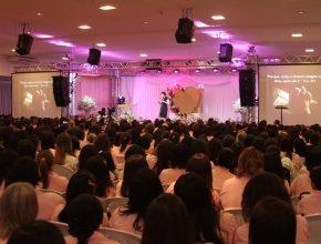 A terapeuta Dilene Ebinger fala para mil e duzentas mulheres