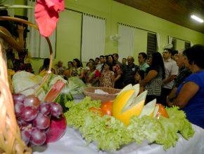 Uma mesa decorada com frutas foi usada para representar as primícias.