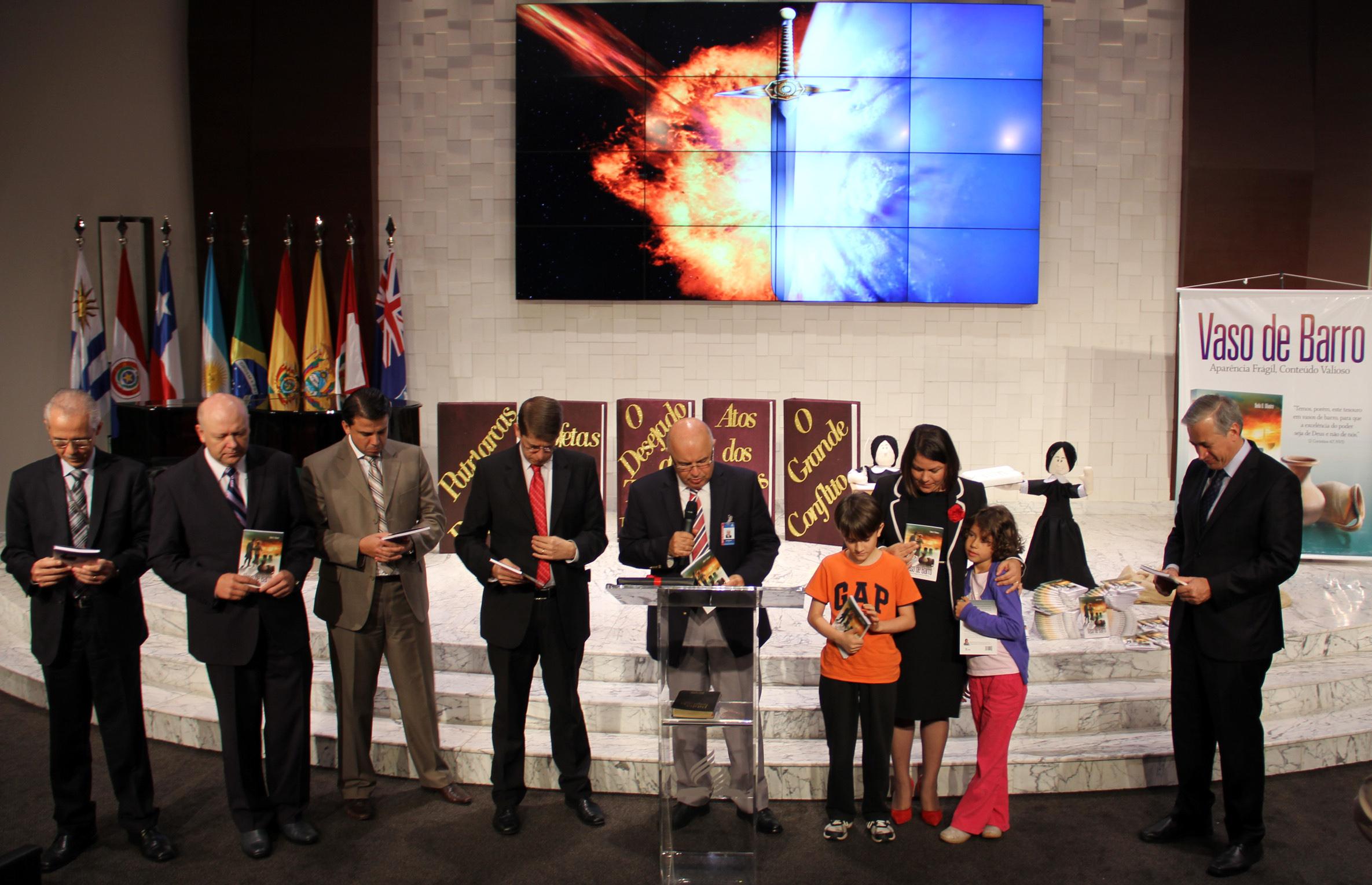 Líderes dedicam o livro Vaso de Barro, com a autora e algumas das crianças que assistiram ao programa.