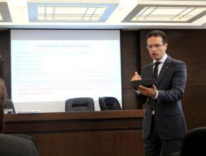 Pastor Evandro Fávero, secretário da União Sul Brasileira, falou ao grupo.