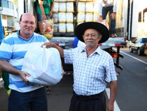 Quatro caminhões armazenaram as 35 toneladas de alimentos em Soledade.