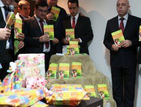 Pastores realizam oração para dedicar o livro missionário de 2015.