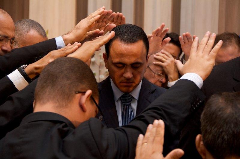 Momento solene de oração e imposição de mãos sobre os pastores aspirantes.