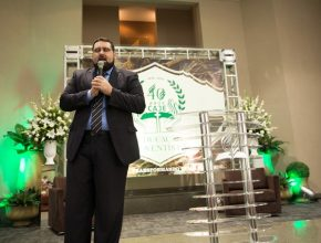 Pastor José Lino Neto, capelão do CAJE, conduz oração durante a Escola Sabatina especial da celebração.
