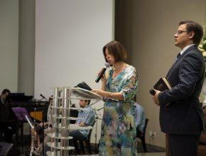 A coordenadora pedagógica para o MS, professora Gláucia Lima homenageia importantes pilares do CAJE, ao lado do Pastor Caio Bergamini, auxiliar da IASD Central.