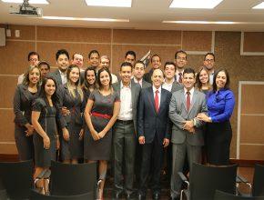 Funcionários, administradores e departamentais com o pastor Claudiney Santos Foto: Samuel Nunes