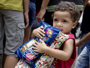 Crianças da comunidade ganharam presentes de natal.