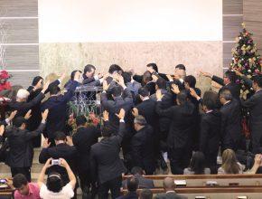 Após a oração com imposição de mãos, os novos ministros receberam suas credenciais de pastores.
