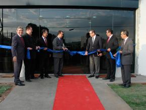 Líderes da região noroeste do país inaugurando a nova escola.