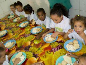Projeto dá assistência a crianças na periferia de Salvador.