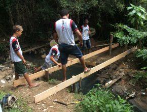 Calebes ajudam na construção de uma pequena ponte na zona norte de Porto Alegre.