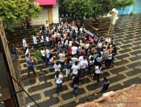 Flash Mobs são aglomerações instantâneas de pessoas em certo lugar para realizar determinada ação inusitada previamente combinada, estas se dispersando tão rapidamente quanto se reuniram.