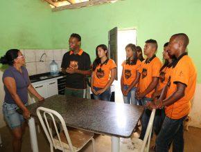 Durante todo o dia, calebes visitam a comunidade.