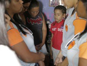 Nas visitas ao lares, os Calebes oravam pelas pessoas daquela casa e levavam esperança de dias melhores