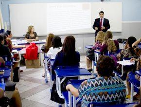 Pr. Romualdo Larroca ministra a capacitação para os secretários e secretárias das igrejas.