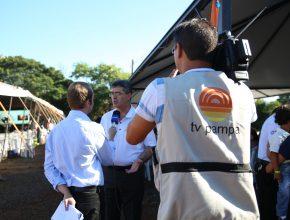 A TV local também esteve acompanhando o evento.