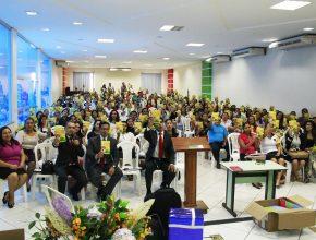 Líderes com o livro missionário de 2015.