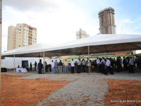 A cerimônia aconteceu em tendas, nos terrenos da futura construção