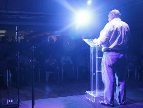 Entre as mensagens, Bullón falou sobre o chamado para ser pastor que dura toda a vida