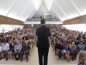 Pr. Erton falou na Igreja Central de Brasília durante consagração final dos missionários (ao fundo dele) e perante um público expectante e emocionado sobre os desafios na missão - Crédito: Victor Trivelatto