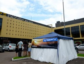A Tenda de Oração do Espaço NT foi montada no estacionamento do shopping próximo à igreja