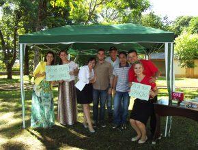 Os adventistas passaram a manhã de sábado oferecendo orações e conforto espiritual para os moradores.  Foto: Tardelli Portela.