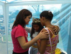 Tenda de oração chamou atenção em frente ao principal hospital de Rondônia