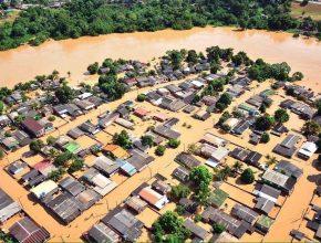 O rio ultrapassou a cota histórica registrada em 1997, quando atingiu a marca de 17,66 metros