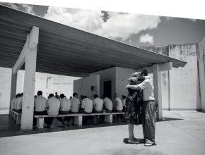 """O abraço entre Ruth e os seus """"filhos"""" encarcerados mostra os efeitos importantes de um ministério de compaixão - Crédito: André Martins"""