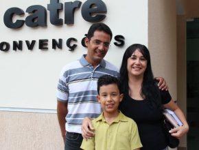 Anderson, Alessandra e o filho Alan visitaram pela primeira vez o CATRE.