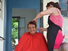 Mães voluntárias também acompanharam a ação e ajudaram nos cortes de cabelos. Foto: Raisa Nascimento